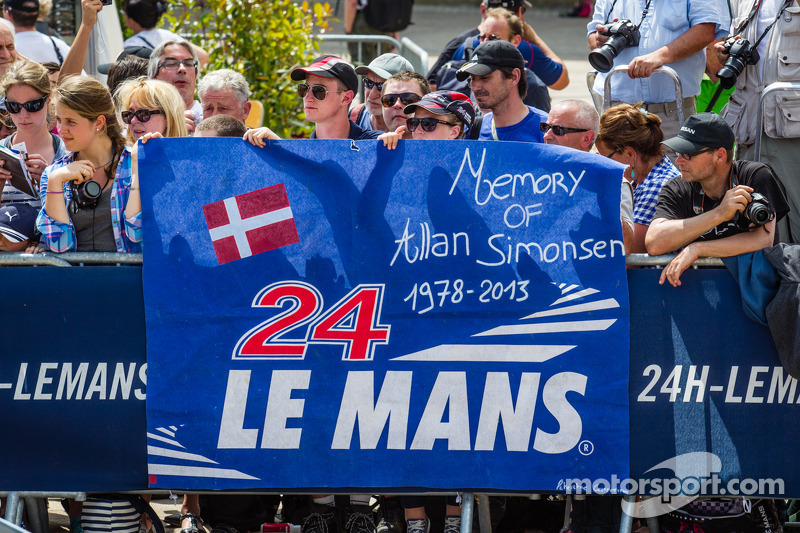 Allan Simonsen için pankart, #95 Aston Martin Racing Aston Martin Vantage V8 tanıtımında