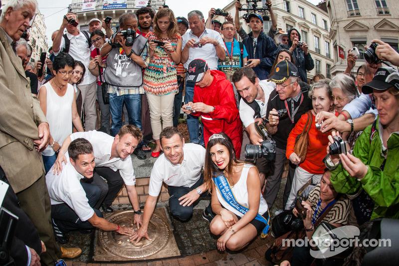 Cerimonia Hand imprint: 2013 24 Ore di Le Mans vincitori Loic Duval, Tom Kristensen e Allan McNish con Miss 24 Ore di Le Mans 2014