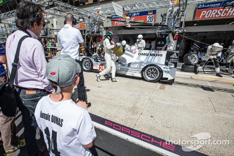 A young fan of Romain Dumas watches pit stop practice for #20 Porsche Team Porsche 919 Hybrid: Timo