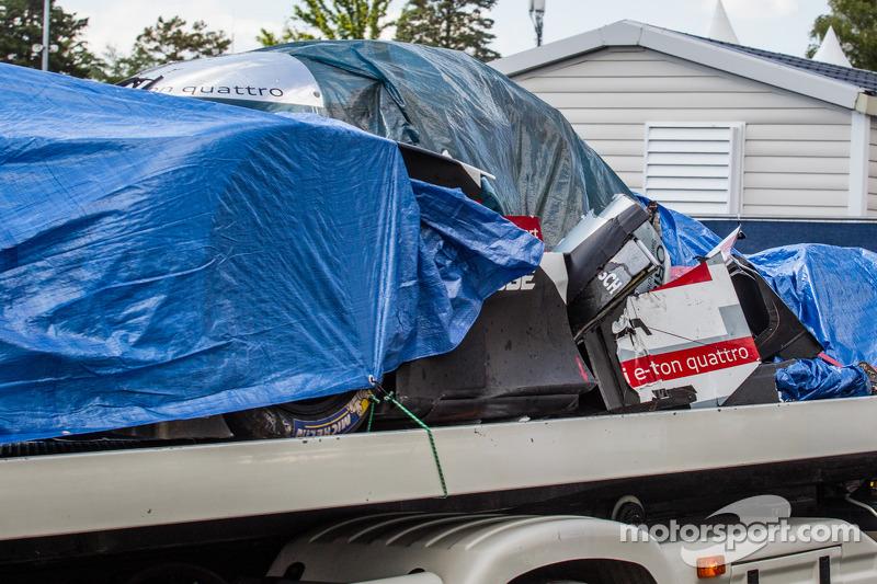 # 1 Audi Sport Team Joest Audi R18 e-tron Quattro torna ai box Audi dopo l'incidente di Loic Duval