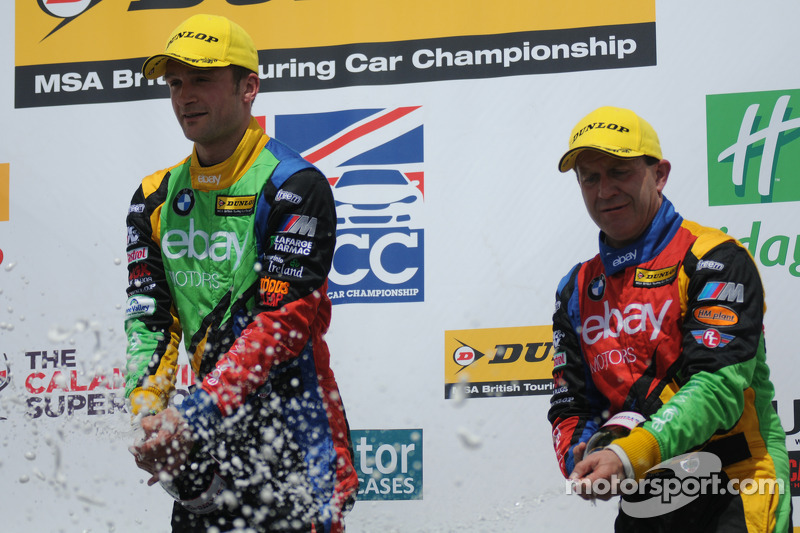 eBay Motors Duo Colin Turkington e Rob Collard spruzzano champagne sul podio