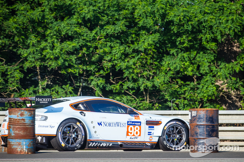 #98 Aston Martin Racing Aston Martin Vantage V8: Paul Dalla Lana, Pedro Lamy, Christoffer Nygaard also in touble after the crash of #67 IMSA Performance Matmut Porsche 911 GT3 RSR (997)