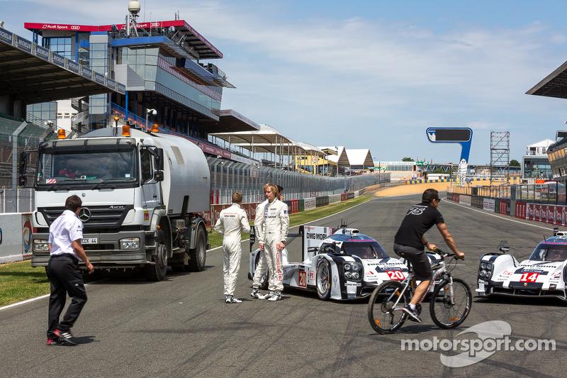 Interruzione durante la foto di squadra Porsche