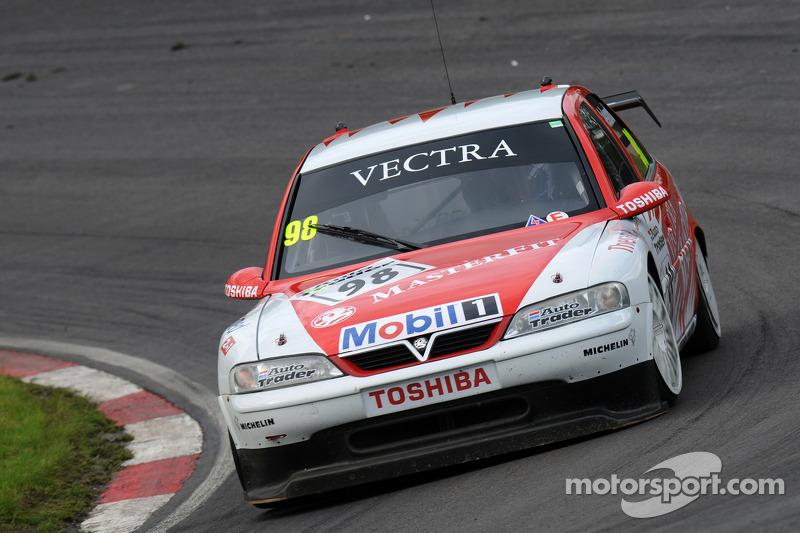John Cleland nella sua 1997 BTCC Vauxhall Vectra V97-001