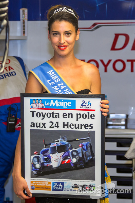 Senhorita Le Mans com a primeira página do jornal