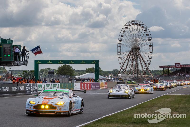 Fernando Alonso gives the start: #98 Aston Martin Racing Aston Martin Vantage V8: Paul Dalla Lana, P