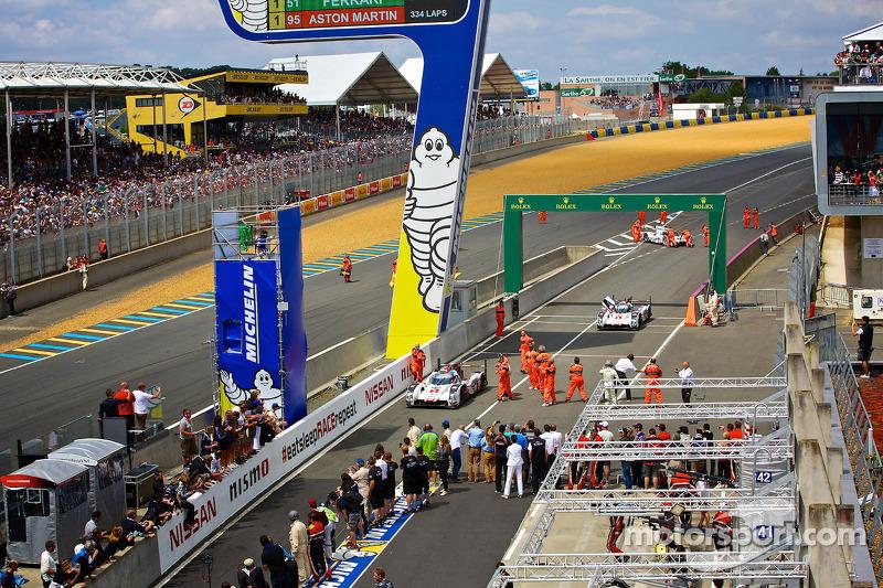 #2 Audi Sport Team Joest Audi R18 E-tron Quattro se dirigindo ao pit lane após a vitória