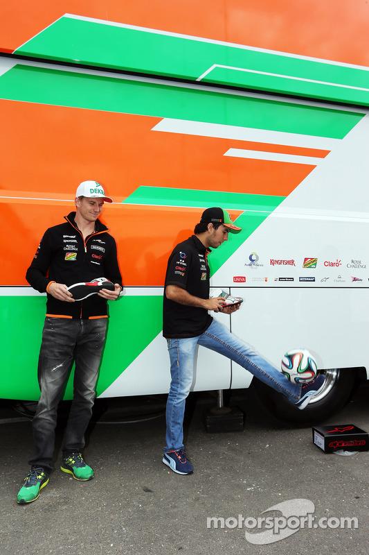Nico Hulkenberg, Sahara Force India F1, e Sergio Perez, Sahara Force India F1, recebem a sapatilha t