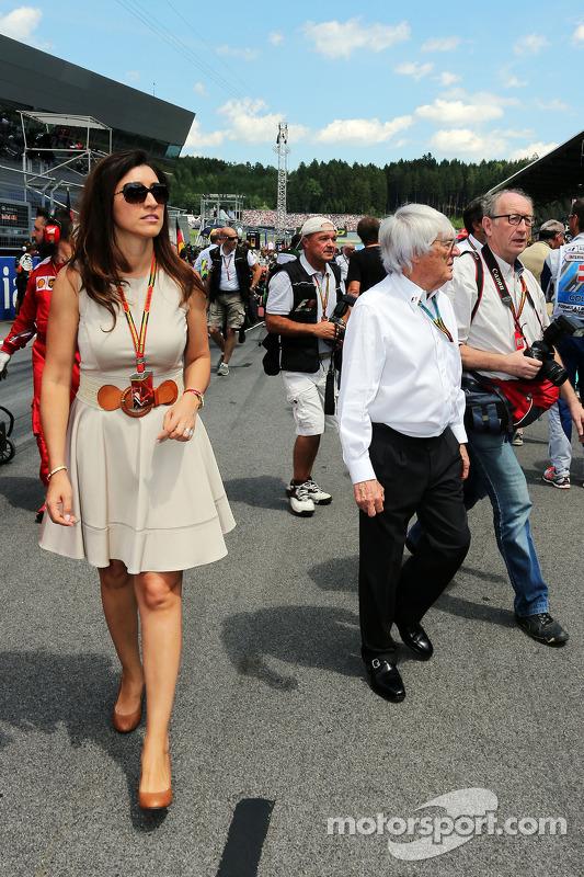 Bernie Ecclestone com sua esposa Fabiana Flosi, no grid