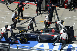 Esteban Gutierrez, Sauber F1 Team having problem during pitstop