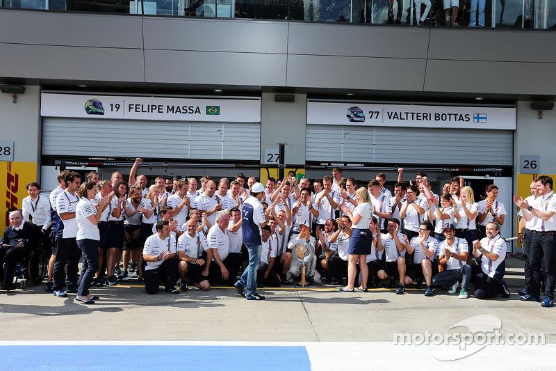 Quarto posto Felipe Massa, Williams, applaudito dal team