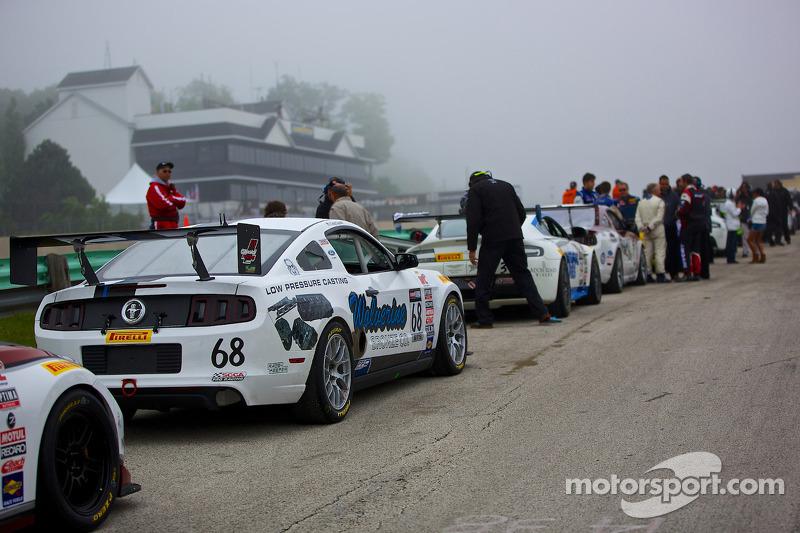 Araçlar yarıştan önce gride çıkmak için sıralandı