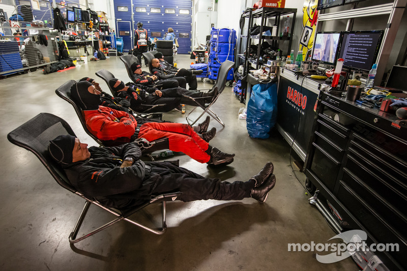 Haribo Racing takım üyeleri iki pitstop arasında dinleniyor