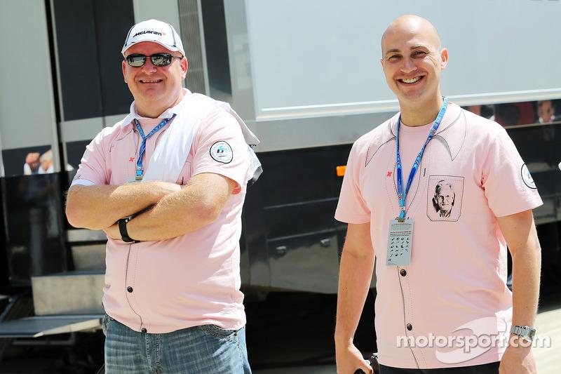 Taraftarlar John Button anısına 'Pink for Papa' kıyafetlerini giyiyor, McLaren