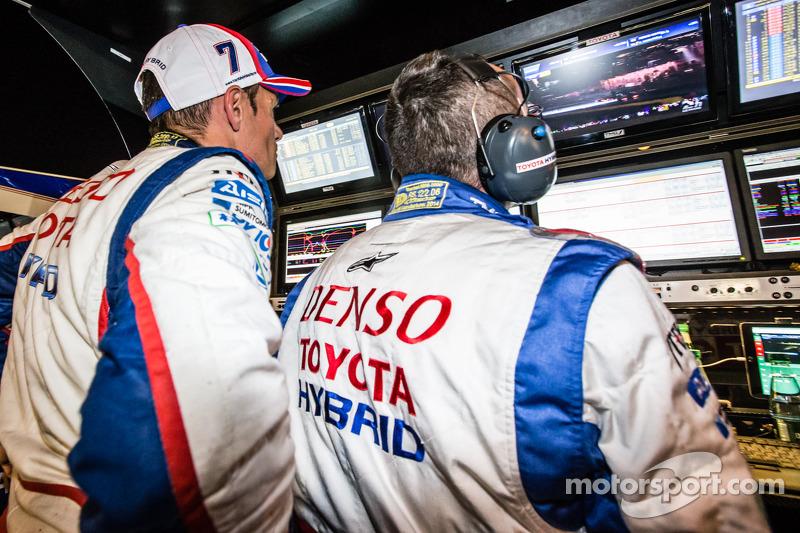 Stéphane Sarrazin guarda gli ultimi momenti delle qualifiche dal muretto dei box Toyota Racing