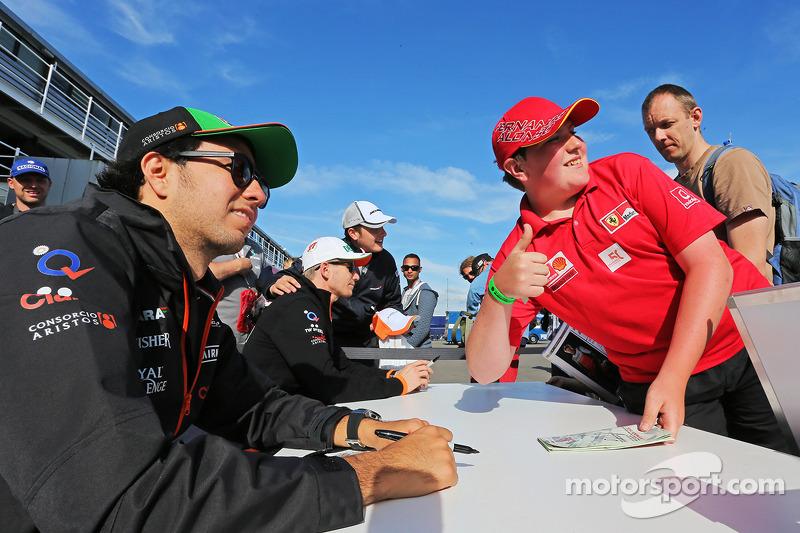 Sergio Perez, Sahara Force India F1, e Nico Hulkenberg, Sahara Force India F, firmano autografi ai fan