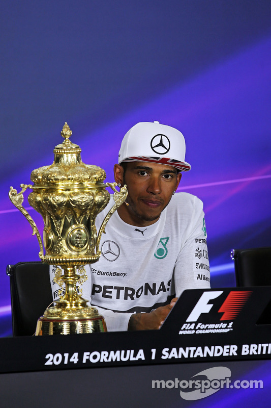 Vencedor da corrida Lewis Hamilton, Mercedes AMG F1 na conferência de imprensa