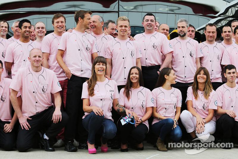 Jenson Button, McLaren; Ron Dennis, la McLaren Presidente Esecutivo; Kevin Magnussen, McLaren; Eric Boullier, McLaren Racing Director; Tanya Jones, Button Samantha, e il team McLaren vestono Pink for Papa, in omaggio al defunto John Button