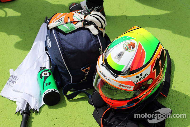 Il casco di Sergio Perez, Sahara Force India F1 sulla griglia di partenza
