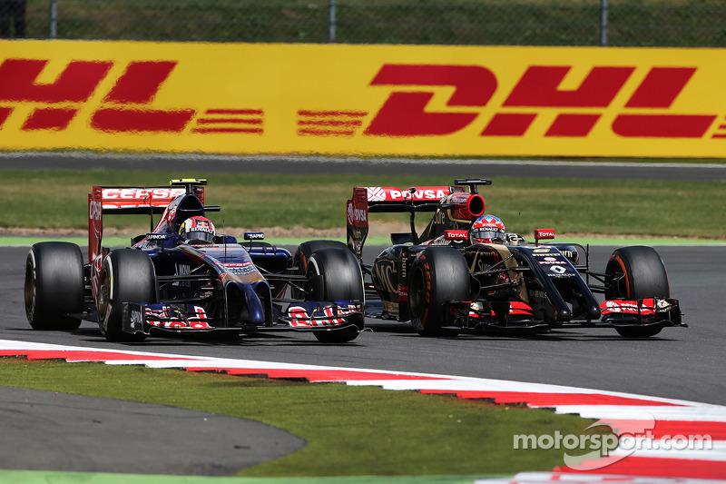 Daniil Kvyat, Scuderia Toro Rosso STR9 ve Romain Grosjean, Lotus F1 E22 pozisyon için mücadele ediyor