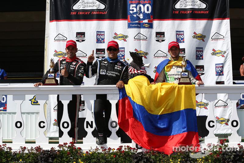 Helio Castroneves y Juan Pablo Montoya, del Penske Racing Chevrolet y Carlos Munoz, del Andretti Autosport Honda.