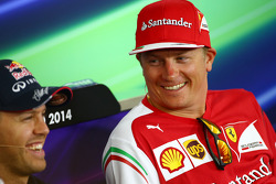 (Da sinistra a destra): Sebastian Vettel, Red Bull Racing e Kimi Raikkonen, Ferrari alla conferenza stampa FIA