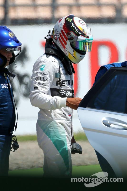 Lewis Hamilton, Mercedes AMG F1 W05, após grande acidente