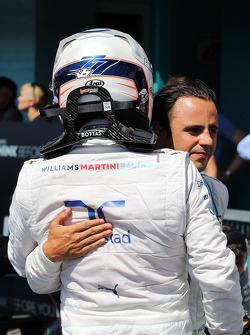 Valtteri Bottas, Williams sıralama turlarında gelen ikincilik için kapalı parkta kutlama yapıyor ve üçüncü sıra takım arkadaşı Felipe Massa, Williams