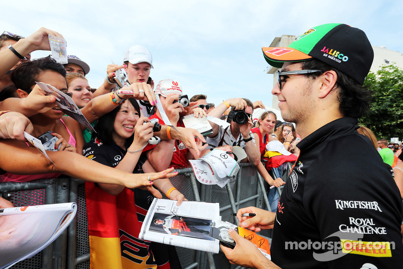 Sergio Perez, Sahara Force India F1, con i fan
