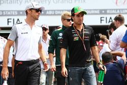 (Soldan Sağa): Jenson Button, McLaren ve Sergio Perez, Sahara Force India F1 pilot geçiş töreninde