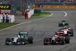 Lewis Hamilton, Mercedes AMG F1 W05 y Pastor Maldonado, Lotus F1 E21  lucha por la posició
