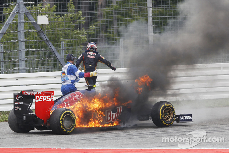 Daniil Kvyat, Scuderia Toro Rosso STR9 yanıyor ve yarış dışı kalıyor