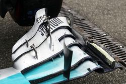 Lewis Hamilton, Mercedes AMG F1 W05, danifica asa dianteira