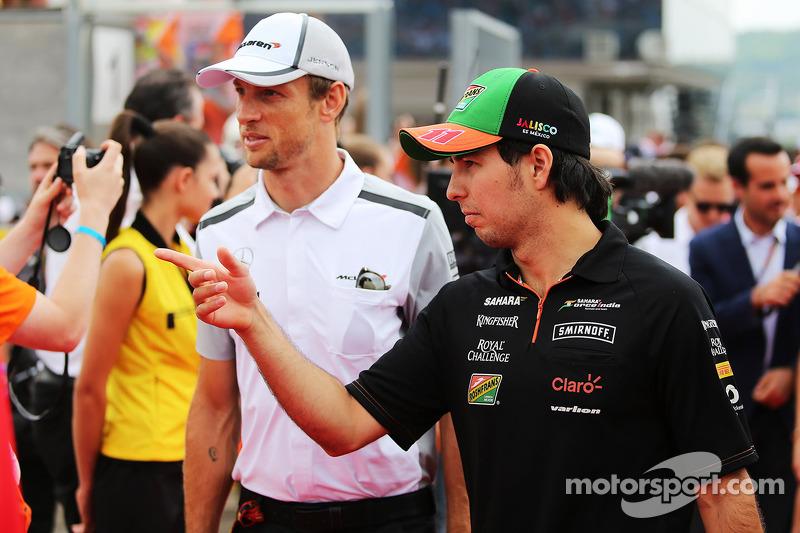 Sergio Perez, Sahara Force India F1, e Jenson Button, McLaren, durante la sfilata dei piloti