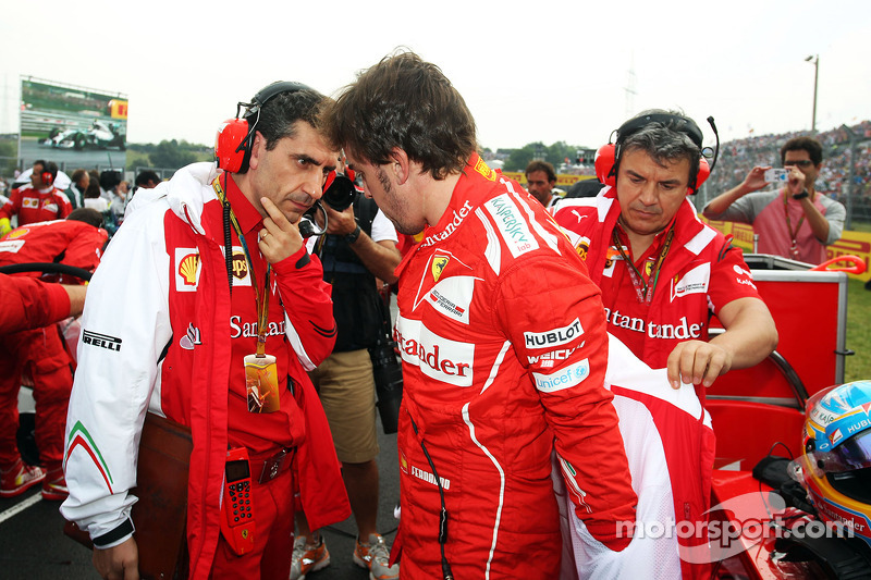 Fernando Alonso, Ferrari with Andrea Stella, Ferrari Race Engineer on the grid.