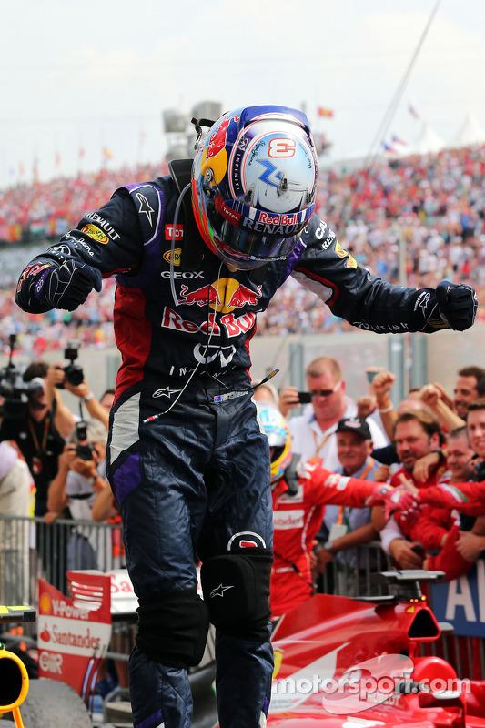 Daniel Ricciardo, Red Bull Racing kapalı parkta kutlama yapıyor