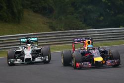 Sebastian Vettel, Red Bull Racing RB10 e Lewis Hamilton, Mercedes AMG F1 W05
