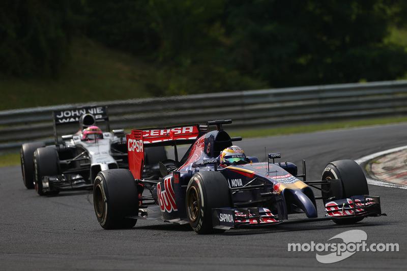 Jean-Eric Vergne, Scuderia Toro Rosso STR9 davanti a Jenson Button, McLaren MP4-29