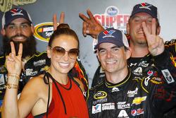 比赛获胜者 Jeff Gordon, Hendrick雪佛兰车队,和妻子Ingrid Vandebosch