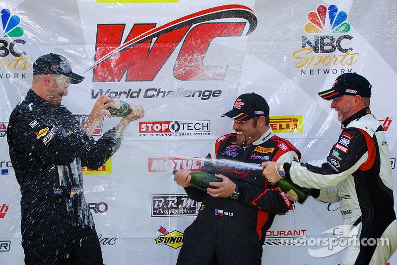 Classe GT-A vincitori champagne: Albert v T u Taxis (EFT), Michael Mills (centro), Jim Taggart (a destra)