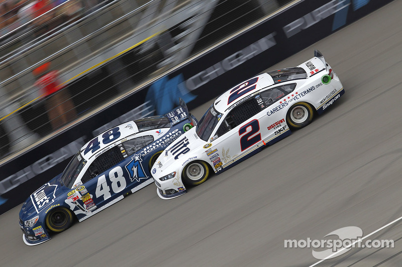 Jimmie Johnson, Hendrick Motorsports Chevrolet e Brad Keselowski, Penske Ford