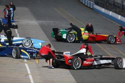 Formule E-auto's in de pitstraat