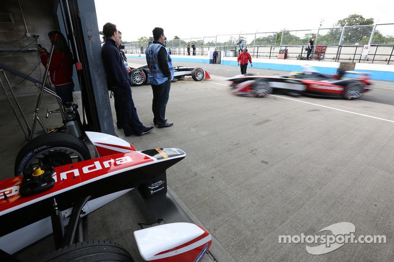 Formula E araçlar pit alanında