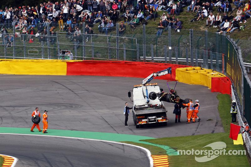 La Lotus F1 E22 di Pastor Maldonado, Lotus F1 Team viene portata di nuovo ai box sul retro di un camion dopo che si è schiantata durante l'FP2