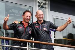Christian Horner, chefe de equipe da Red Bull e Adrian Newey, engenheiro da Red Bull, participam do desafio do balde de gelo contra a ELA
