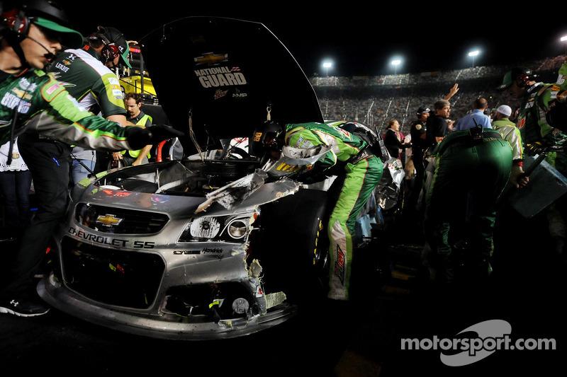 Eki Dale Earnhardt Jr.'ın aracında çalışıyor, Hendrick Motorsports Chevrolet