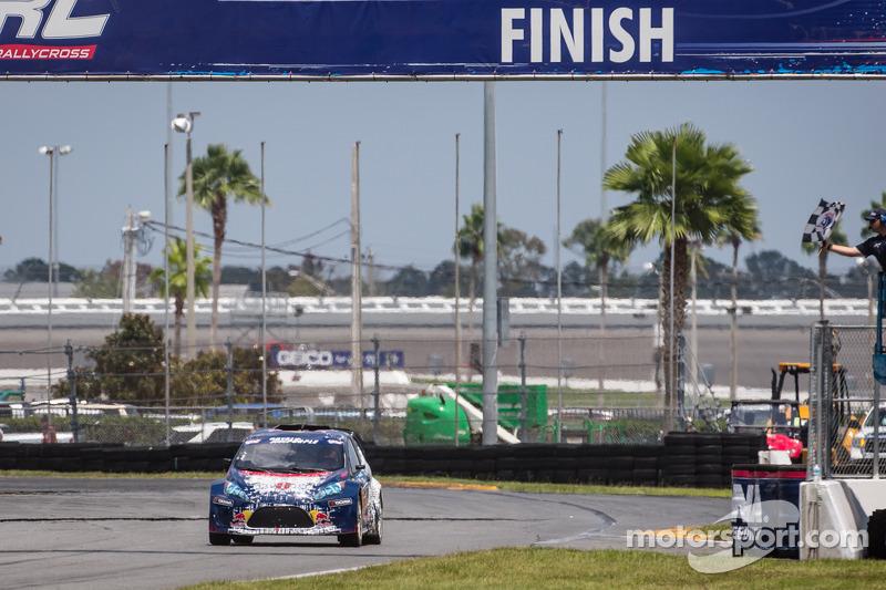 #24 Olsbergs MSE: Mitchell DeJong recebe a bandeirada para vencer a corrida final
