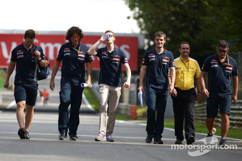 Daniil Kvyat, Scuderia Toro Rosso walks the circuit