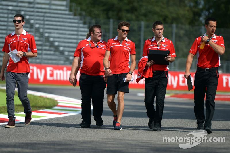玛鲁西亚F1车队的朱尔斯·比安奇和玛鲁西亚F1车队预备车手亚历山大·罗西走赛道
