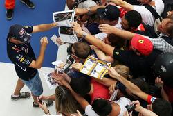 Sebastian Vettel, Red Bull Racing, firma autografi ai fan